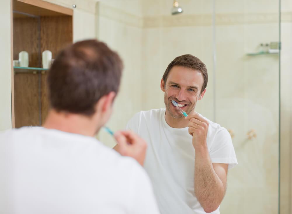higiene-bucal-6-cuidados-para-quem-tem-implante-dentario