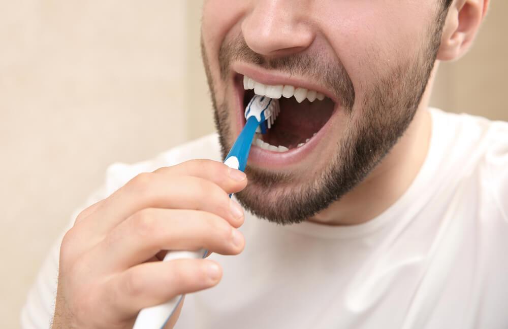 Por que é ruim escovar os dentes com força? 1