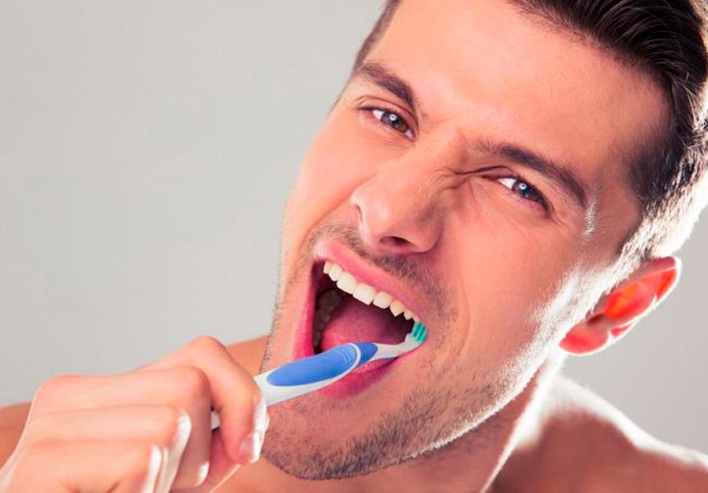 escovar os dentes com força